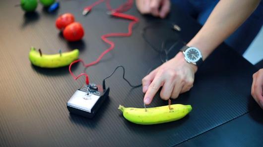 iSci ไอซายน์ ฉลาดยกกำลังสอง - พลังไฟฟ้าจากผลไม้