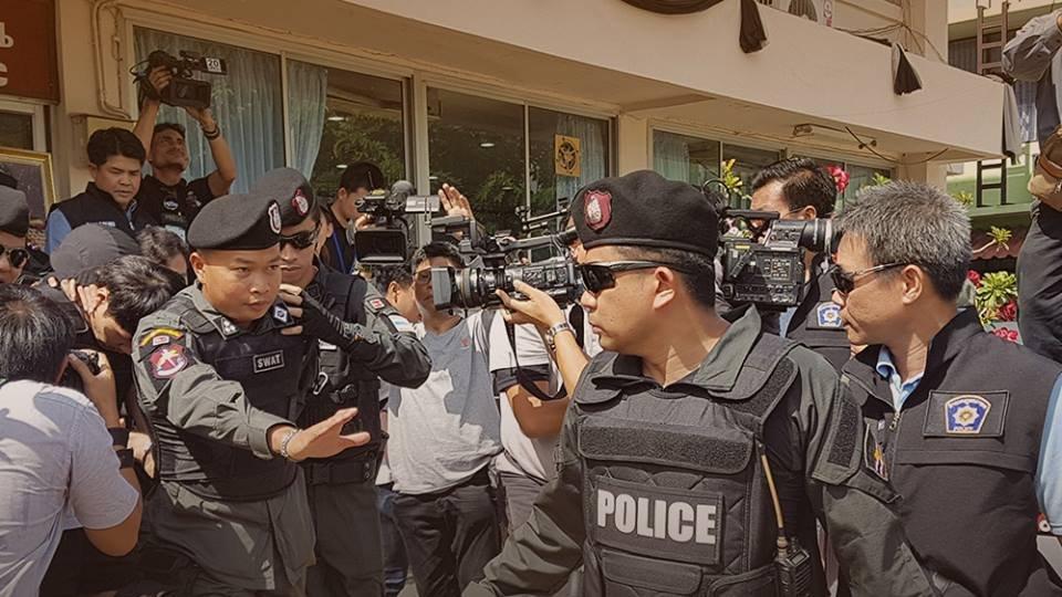 """สถานีประชาชน - ตำรวจคุมตัว """"พลกฤต วิเศษ"""" ชี้จุดที่เกิดเหตุฆ่า """"น.ส.พลอยนรินทร์"""""""