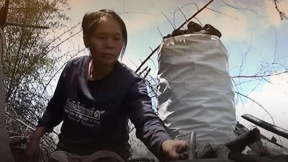 ร้องทุก(ข์) ลงป้ายนี้ - แม่สู้ชีวิต เผาถ่านขายเลี้ยงดู 5 ชีวิต ด้วยความลำบาก อ.หนองปรือ จ.กาญจนบุรี