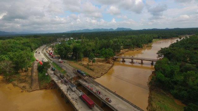 ชมภาพมุมสูง สะพานวังยาว จ.ประจวบฯ ซึ่งใช้สัญจรผ่านได้แล้ว
